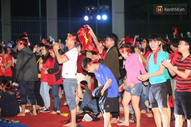 CĐV Việt Nam hụt hẫng khi ĐT Malaysia gỡ hòa 2 - 2 trong hiệp 2 trận chung kết AFF Cup 2018-28