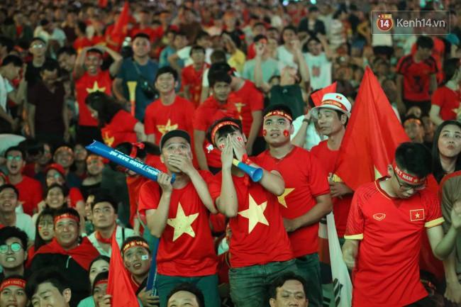 CĐV Việt Nam hụt hẫng khi ĐT Malaysia gỡ hòa 2 - 2 trong hiệp 2 trận chung kết AFF Cup 2018-1