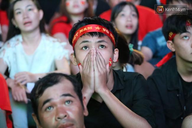 CĐV Việt Nam hụt hẫng khi ĐT Malaysia gỡ hòa 2 - 2 trong hiệp 2 trận chung kết AFF Cup 2018-22