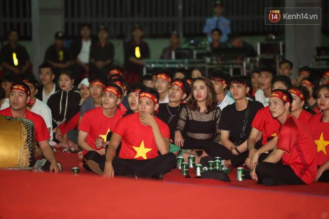 CĐV Việt Nam hụt hẫng khi ĐT Malaysia gỡ hòa 2 - 2 trong hiệp 2 trận chung kết AFF Cup 2018-18