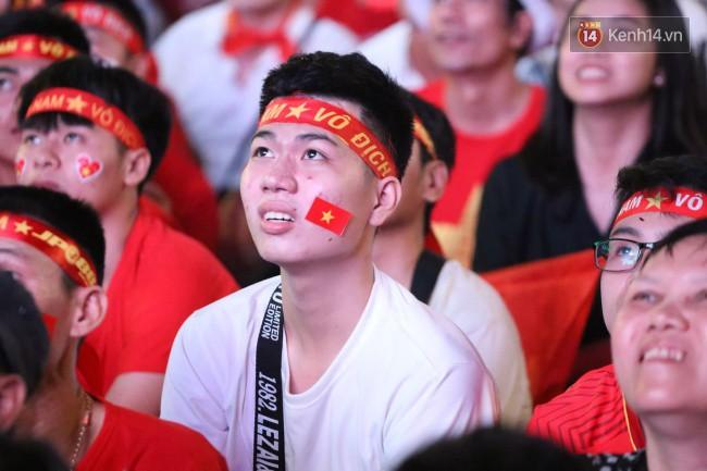 CĐV Việt Nam hụt hẫng khi ĐT Malaysia gỡ hòa 2 - 2 trong hiệp 2 trận chung kết AFF Cup 2018-23