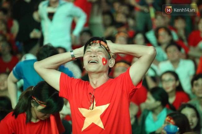CĐV Việt Nam hụt hẫng khi ĐT Malaysia gỡ hòa 2 - 2 trong hiệp 2 trận chung kết AFF Cup 2018-2