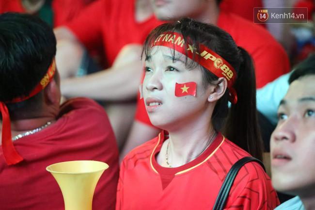 CĐV Việt Nam hụt hẫng khi ĐT Malaysia gỡ hòa 2 - 2 trong hiệp 2 trận chung kết AFF Cup 2018-24