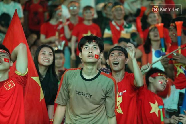 CĐV Việt Nam hụt hẫng khi ĐT Malaysia gỡ hòa 2 - 2 trong hiệp 2 trận chung kết AFF Cup 2018-3