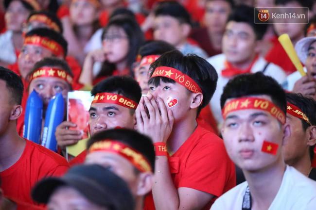 CĐV Việt Nam hụt hẫng khi ĐT Malaysia gỡ hòa 2 - 2 trong hiệp 2 trận chung kết AFF Cup 2018-25