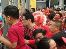 Bị an ninh Malaysia ngăn cản, CĐV trèo rào vào xem chung kết AFF Cup