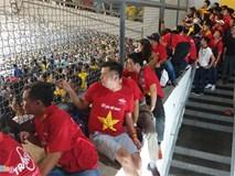 CĐV Việt Nam xem chung kết AFF Cup trên sân Bukit Jalil qua hàng rào