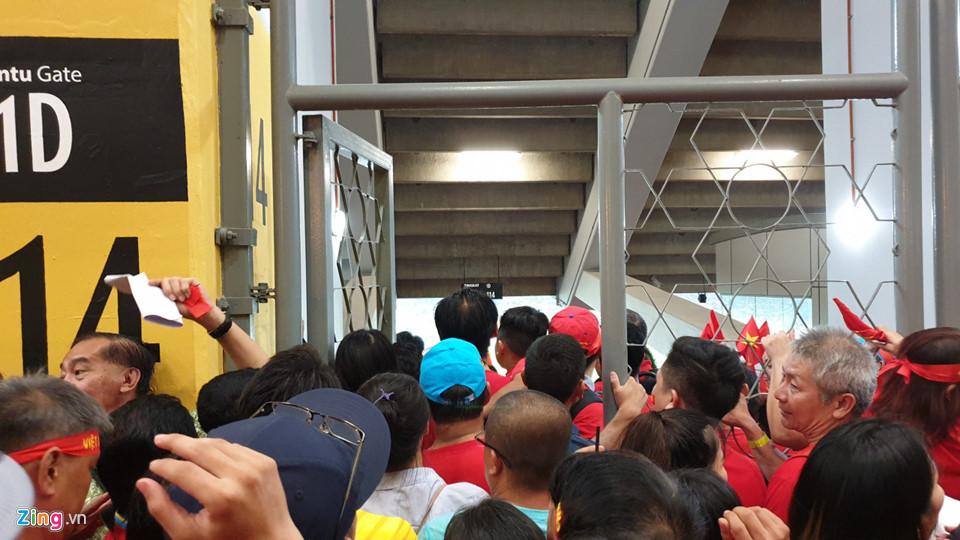 CĐV Việt Nam xem chung kết AFF Cup trên sân Bukit Jalil qua hàng rào-1