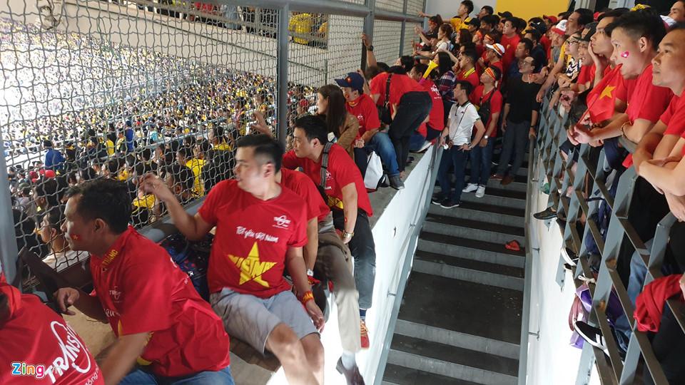 CĐV Việt Nam xem chung kết AFF Cup trên sân Bukit Jalil qua hàng rào-5