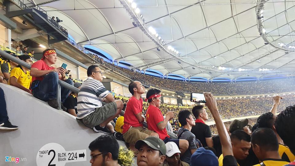 CĐV Việt Nam xem chung kết AFF Cup trên sân Bukit Jalil qua hàng rào-7