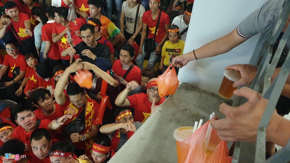 CĐV Việt Nam xem chung kết AFF Cup trên sân Bukit Jalil qua hàng rào-8