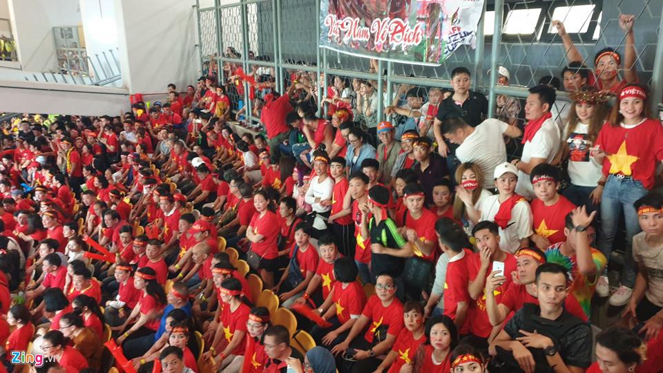 CĐV Việt Nam xem chung kết AFF Cup trên sân Bukit Jalil qua hàng rào-3