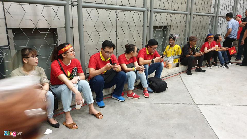 CĐV Việt Nam xem chung kết AFF Cup trên sân Bukit Jalil qua hàng rào-4