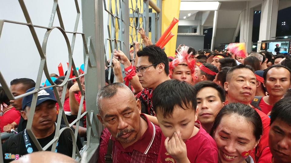 CĐV Việt Nam xem chung kết AFF Cup trên sân Bukit Jalil qua hàng rào-2