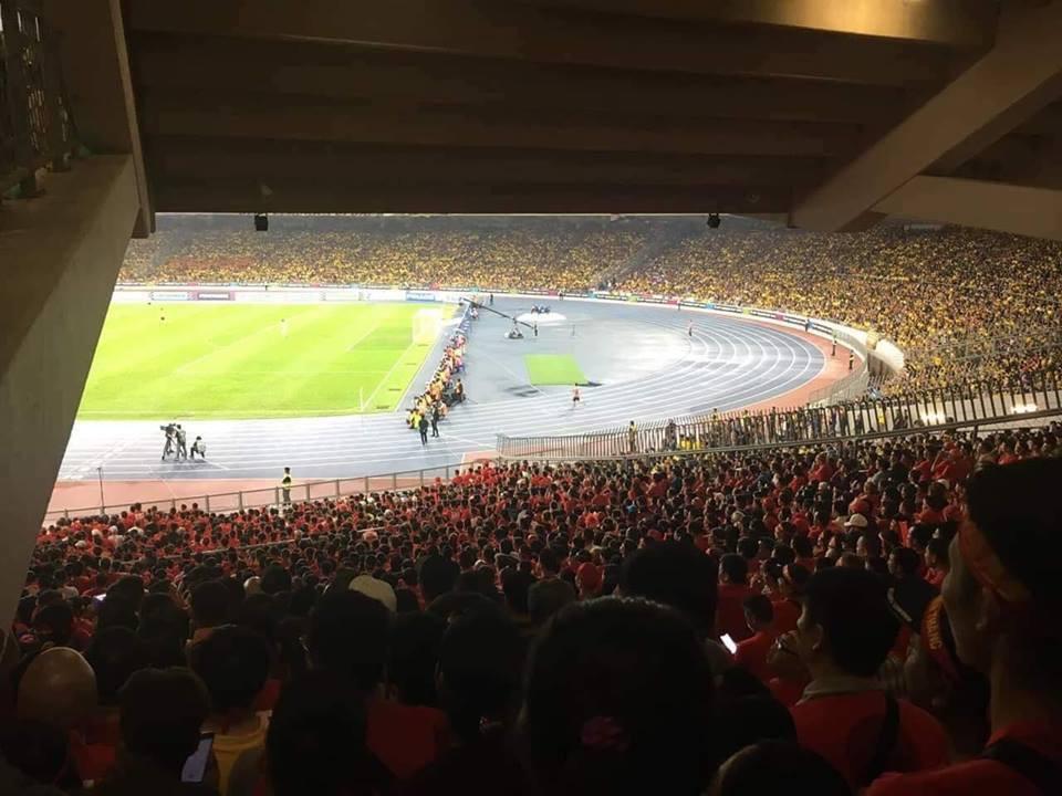 Éo le hơn cả Đức Chinh chính là CĐV bỏ tiền sang tận Malaysia xem chung kết mà chỉ nhìn được... nửa sân-1