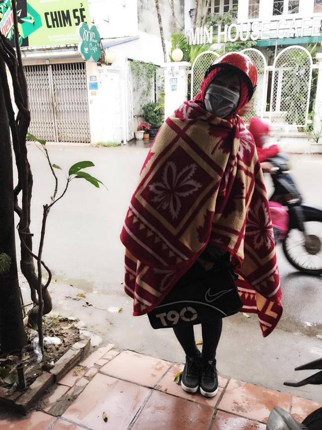 Khoe ảnh mặc chăn len ra đường ngày rét, cô gái bất ngờ trước phản ứng cực gắt của cư dân mạng-1