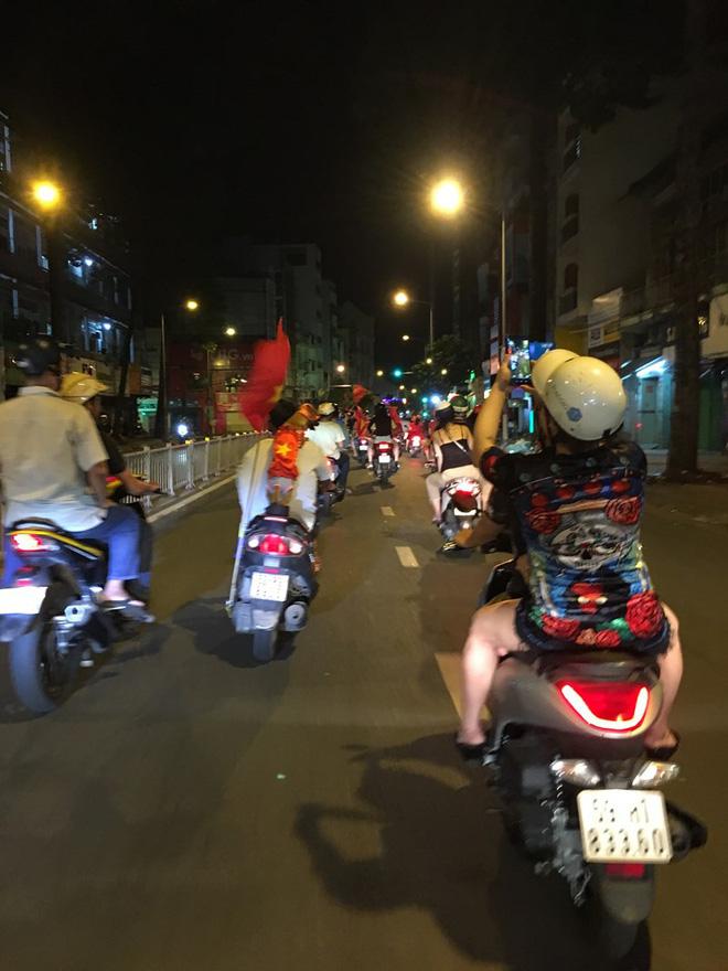 Cười té ghế xem hình ảnh hài hước đêm bão Việt Nam vô địch-1