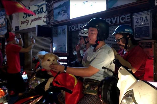 Cười té ghế xem hình ảnh hài hước đêm bão Việt Nam vô địch-6