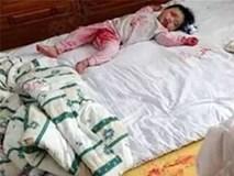 Mẹ suýt ngất khi lật giở tấm chăn thấy cảnh con gái