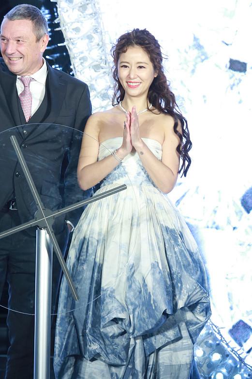 Lâm Tâm Như mặc váy khoe vai trần giữa thời tiết lạnh giá-2