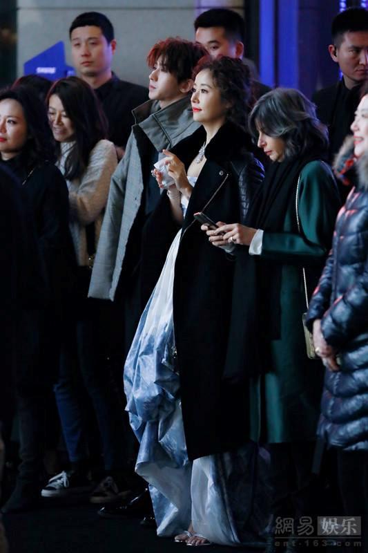 Lâm Tâm Như mặc váy khoe vai trần giữa thời tiết lạnh giá-3