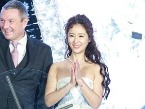 Lâm Tâm Như mặc váy khoe vai trần giữa thời tiết lạnh giá