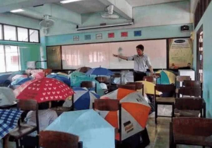 Bức ảnh học sinh che ô lụp xụp kín cả lớp học và sự thật phía sau khiến nhiều người ngã ngửa-2