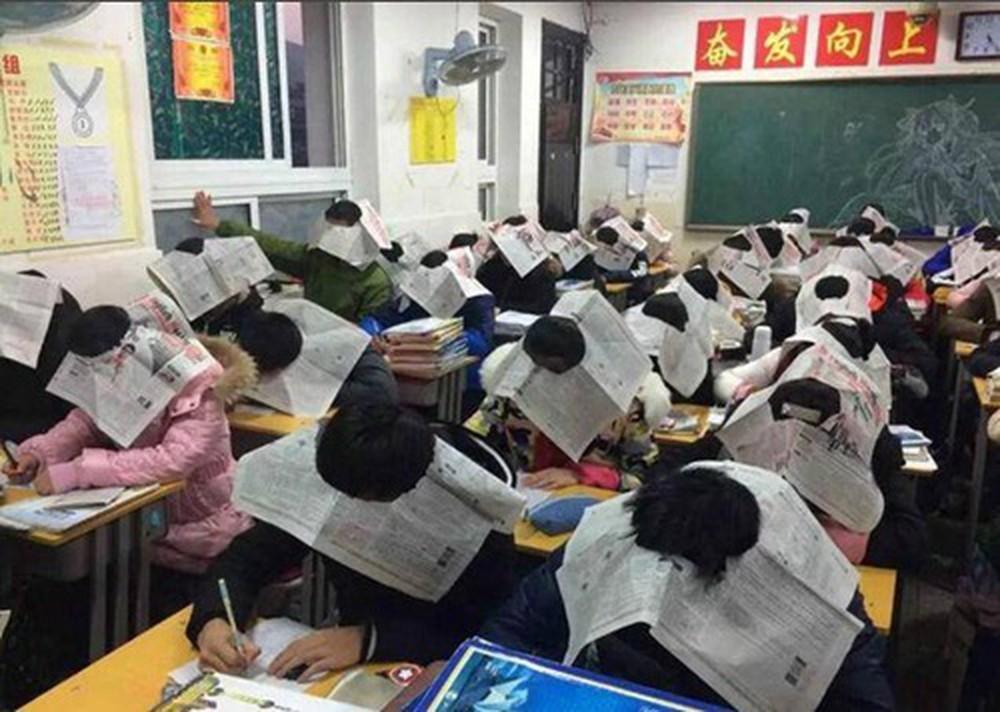 Bức ảnh học sinh che ô lụp xụp kín cả lớp học và sự thật phía sau khiến nhiều người ngã ngửa-3