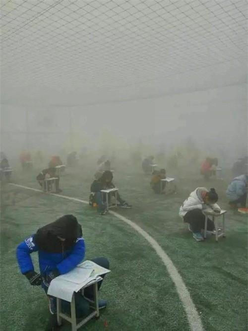 Bức ảnh học sinh che ô lụp xụp kín cả lớp học và sự thật phía sau khiến nhiều người ngã ngửa-5