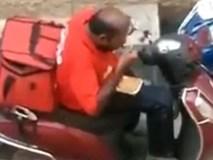 Sợ khách hàng ăn không hết, anh shipper hồn nhiên chén hộ mấy hộp cơm ngay giữa đường