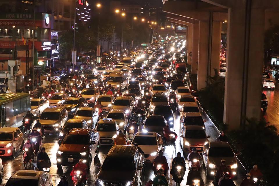 Dòng xe vô tận tê liệt trong mưa rét tầm tã khắp ngả Hà thành-2