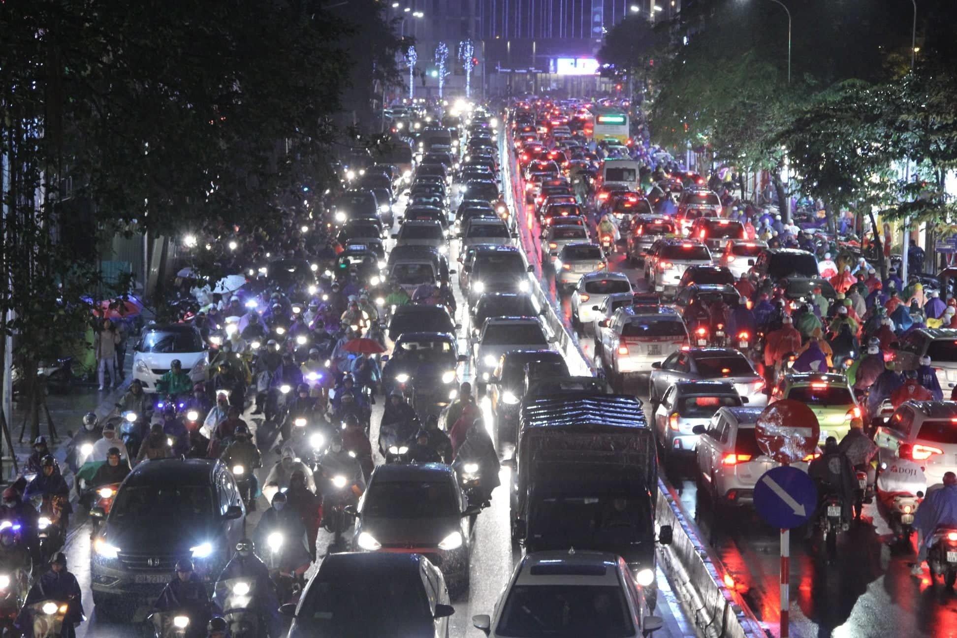Dòng xe vô tận tê liệt trong mưa rét tầm tã khắp ngả Hà thành-5