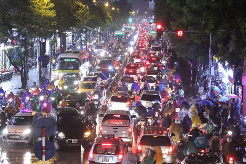 Dòng xe vô tận tê liệt trong mưa rét tầm tã khắp ngả Hà thành-6