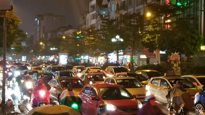 Dòng xe vô tận tê liệt trong mưa rét tầm tã khắp ngả Hà thành-9