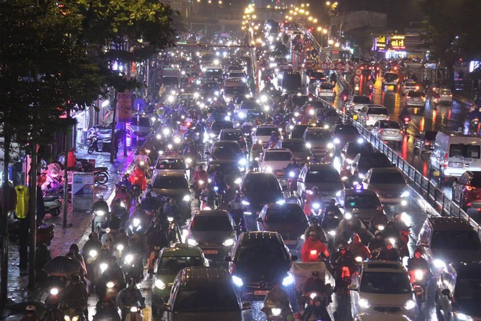 Dòng xe vô tận tê liệt trong mưa rét tầm tã khắp ngả Hà thành-16