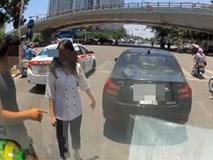 Ô tô trôi lùi tông vào xe phía sau, tài xế không biết vẫn lớn tiếng bắt đền