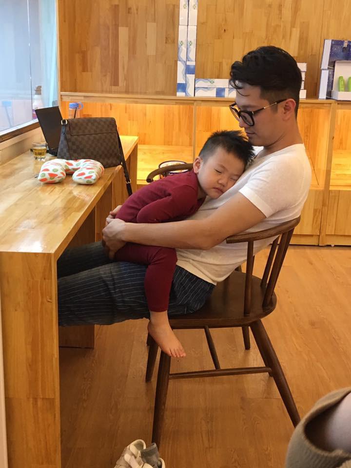Tố Thu Quỳnh gây khó dễ trong việc gặp con, Chí Nhân đối xử với con trai thế nào sau khi ly hôn?-11