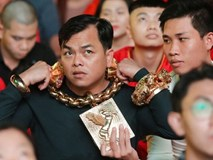 Clip: Gặp đại gia đeo 13 kg vàng trị giá 13 tỷ đồng cổ vũ đội tuyển Việt Nam
