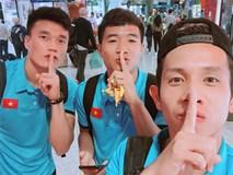 Các tuyển thủ Việt đăng ảnh cùng một biểu cảm 'nâng 1 ngón tay', dân tình lại 'đoán già đoán non'