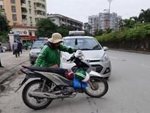 Phận nữ xe ôm trong những ngày giá rét: Tay lạnh cóng, nhường áo mưa cho khách vẫn cười