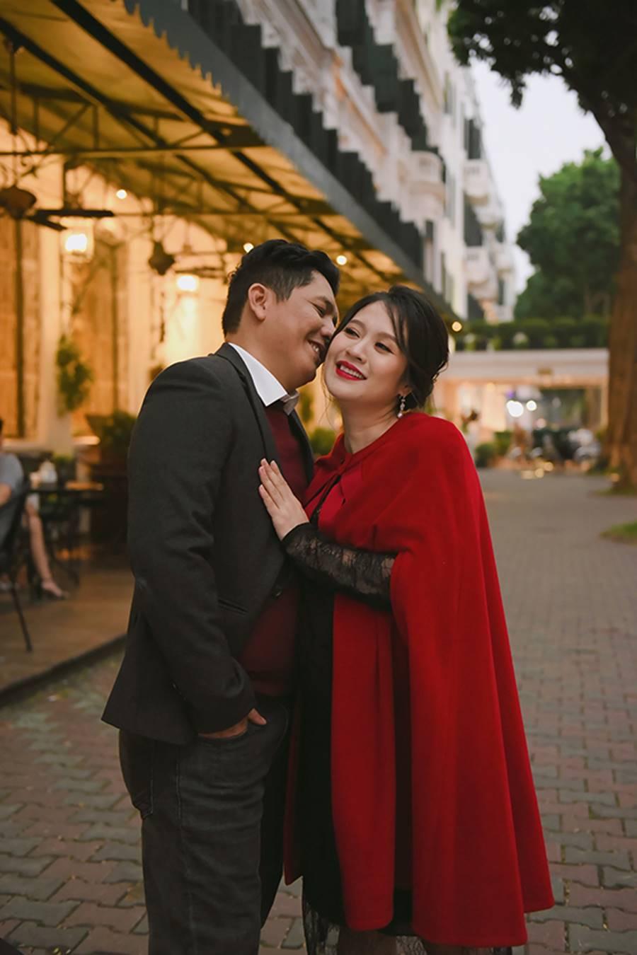 """Bà bầu"""" Thanh Thúy đẹp rạng ngời cùng chồng dạo phố Hà Nội-1"""