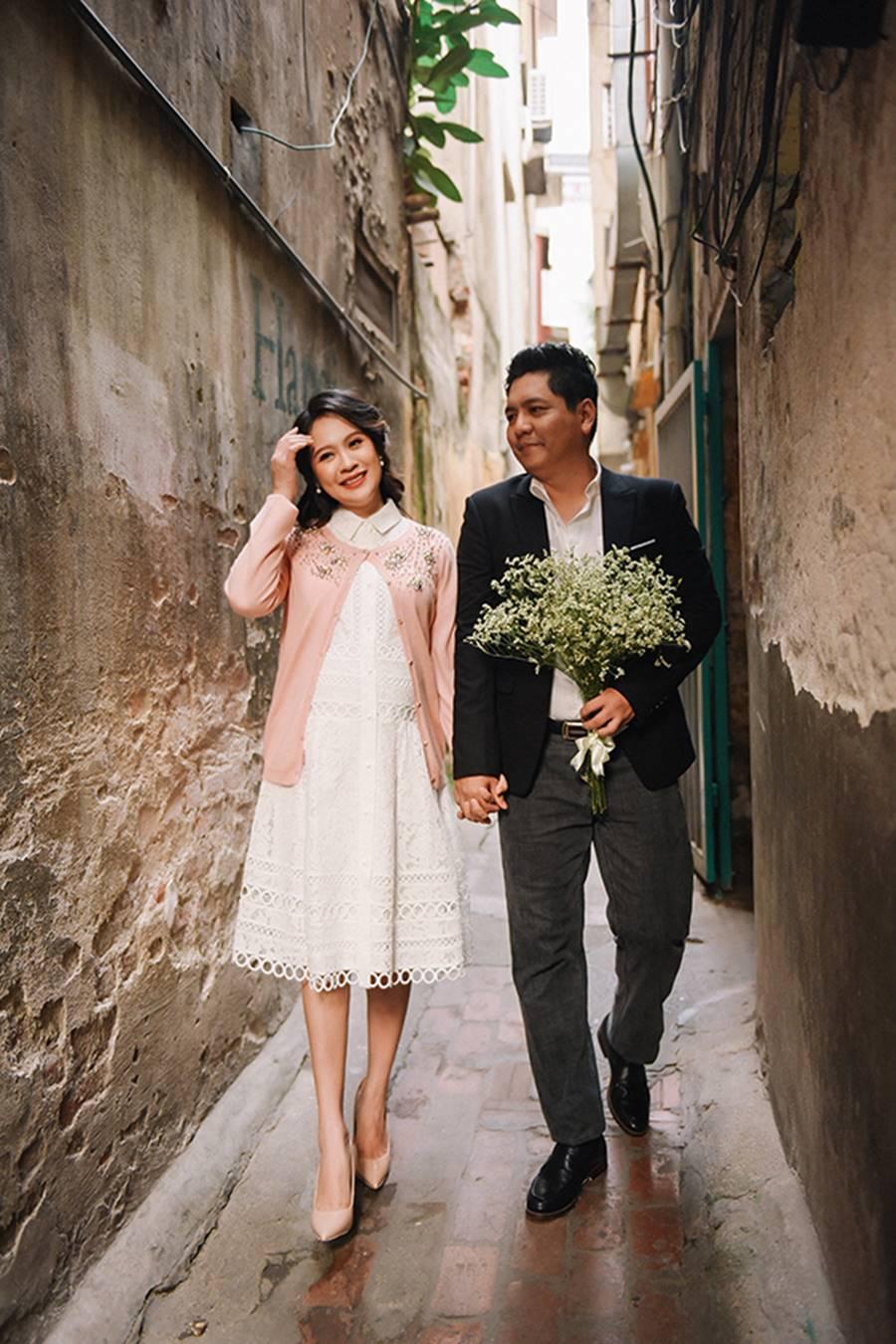 """Bà bầu"""" Thanh Thúy đẹp rạng ngời cùng chồng dạo phố Hà Nội-10"""