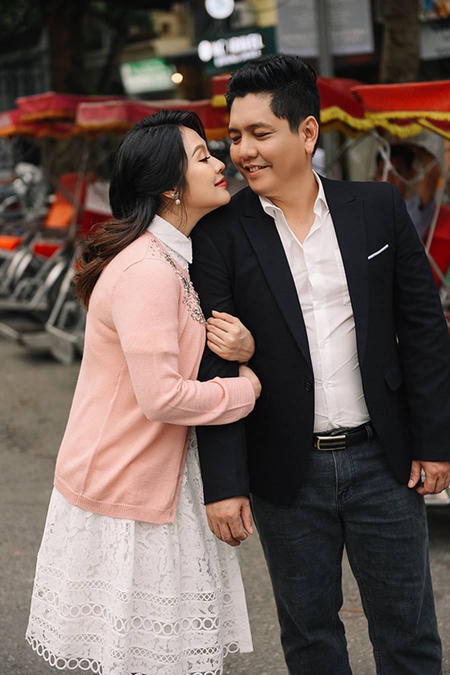 """Bà bầu"""" Thanh Thúy đẹp rạng ngời cùng chồng dạo phố Hà Nội-11"""