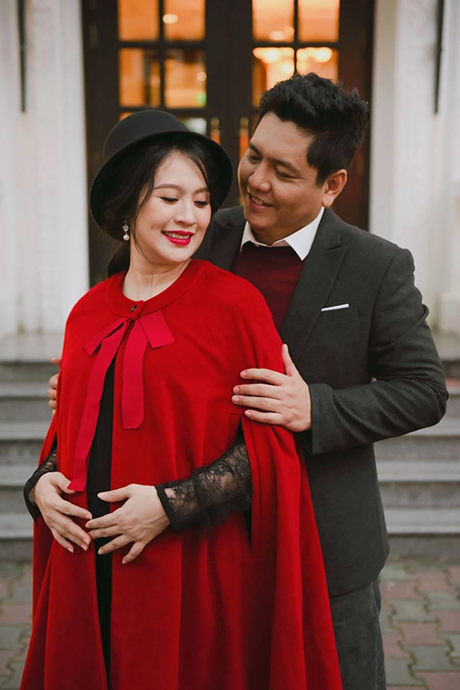 """Bà bầu"""" Thanh Thúy đẹp rạng ngời cùng chồng dạo phố Hà Nội-2"""