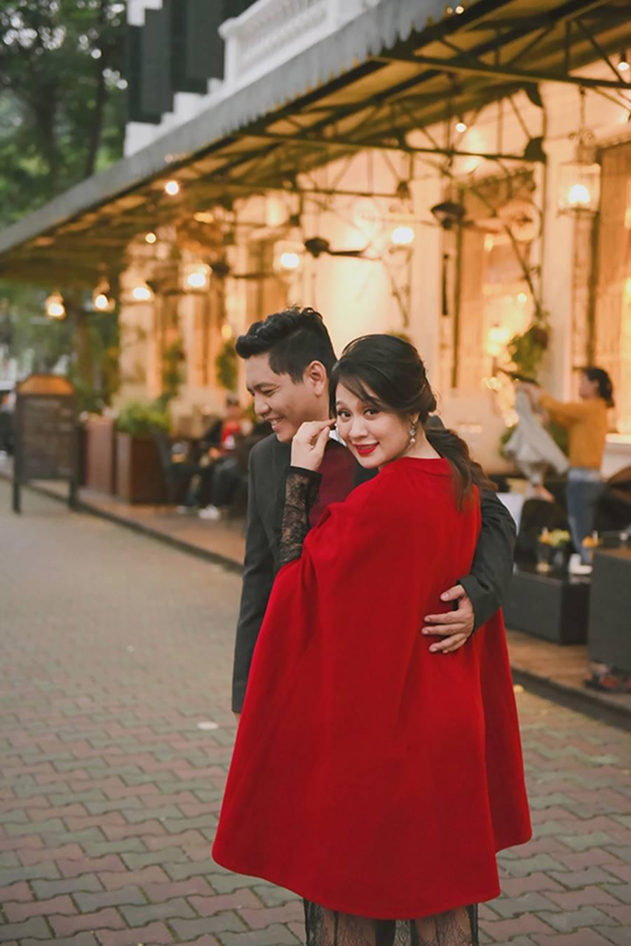 """Bà bầu"""" Thanh Thúy đẹp rạng ngời cùng chồng dạo phố Hà Nội-3"""