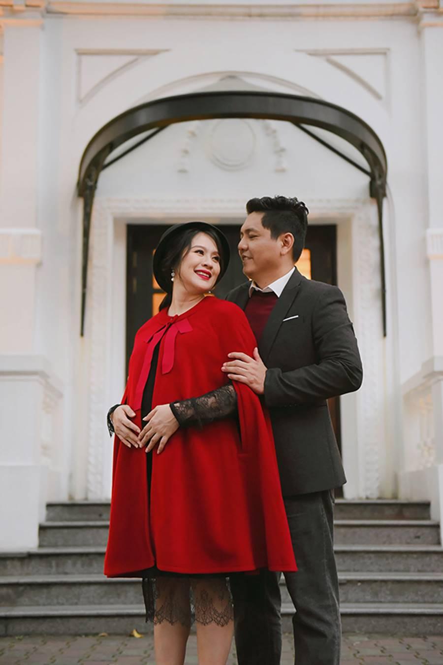 """Bà bầu"""" Thanh Thúy đẹp rạng ngời cùng chồng dạo phố Hà Nội-4"""