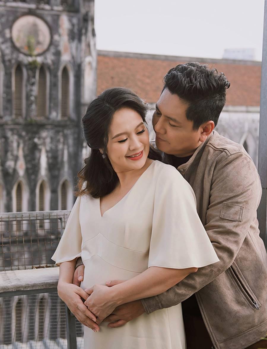 """Bà bầu"""" Thanh Thúy đẹp rạng ngời cùng chồng dạo phố Hà Nội-7"""