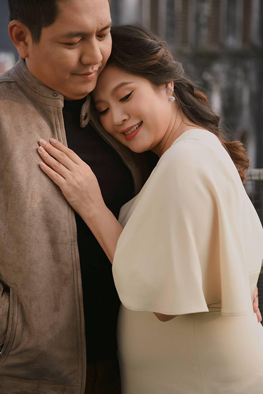 """Bà bầu"""" Thanh Thúy đẹp rạng ngời cùng chồng dạo phố Hà Nội-8"""