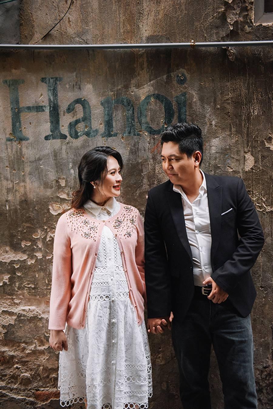"""Bà bầu"""" Thanh Thúy đẹp rạng ngời cùng chồng dạo phố Hà Nội-9"""