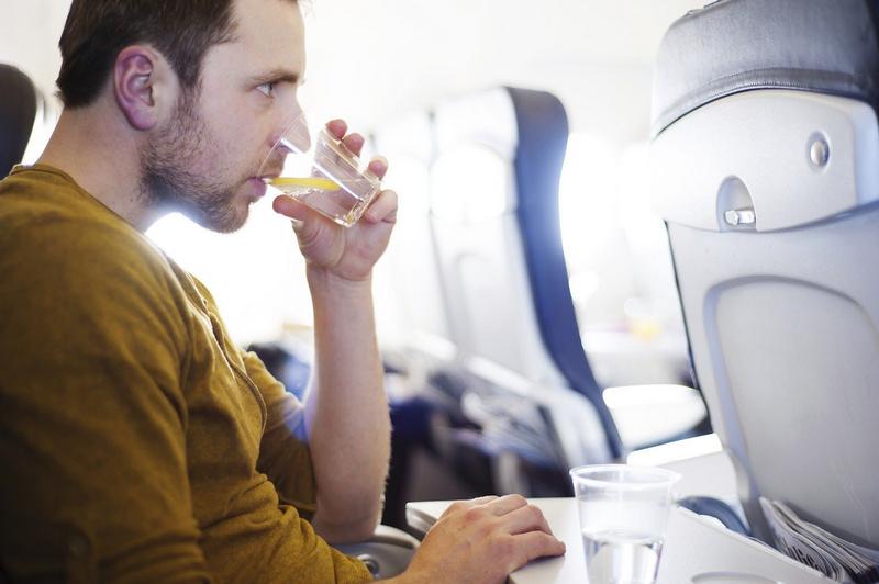 Nhân viên hàng không luôn IM NHƯ THÓC khi được hỏi về: Sự thật khủng khiếp về nước dùng trên máy bay-1